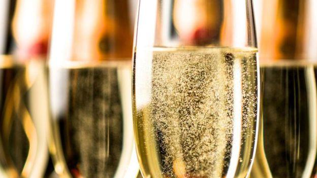¿En qué se diferencia el cava del champagne?